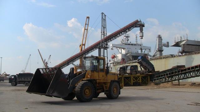 Hình ảnh xuất dăm lên tàu tại cảng Cái Lân